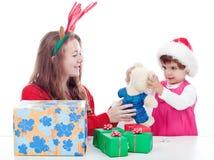 Schwestern, die mit Weihnachtsgeschenken spielen Lizenzfreie Stockfotos