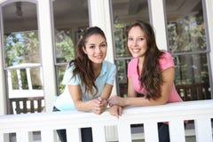 Schwestern, die Spaß zu Hause haben Lizenzfreie Stockfotos