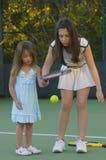 Schwestern, die Tennis spielen lizenzfreie stockfotos