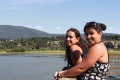 Schwestern durch den See Stockfoto
