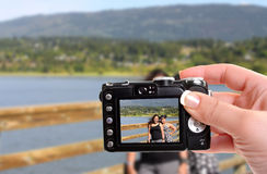 Schwestern durch den See Lizenzfreie Stockfotografie
