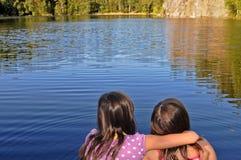 Schwestern durch den See Stockbild