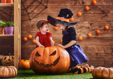 Schwestern feiern Halloween Stockfotografie