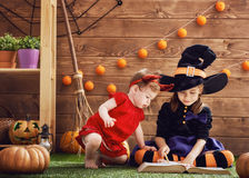 Schwestern feiern Halloween Stockfoto