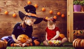 Schwestern feiern Halloween Lizenzfreies Stockfoto