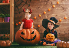 Schwestern feiern Halloween Stockbild