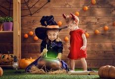 Schwestern feiern Halloween Lizenzfreie Stockbilder