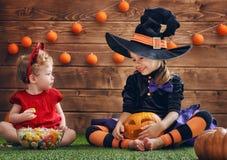 Schwestern feiern Halloween Lizenzfreies Stockbild