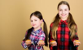 Schwestern halten gebackene Muffins Selbst gemachte Nahrung Gesunde Nahrung und Kalorie der Diät Leckere Muffins Nettes Kinderess lizenzfreie stockfotografie