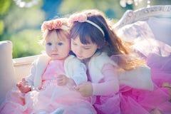 Schwestern im Blütenpark Stockfotos
