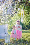 Schwestern im Blütenpark Stockbild