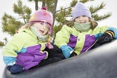 Schwestern im Schnee Stockfotos