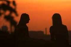 Schwestern im Sommersonnenuntergang lizenzfreie stockbilder