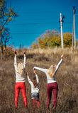 Schwestern mit den angehobenen Händen Lizenzfreies Stockbild