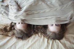Schwestern sind Zwillinge unter einer Decke Lizenzfreies Stockbild