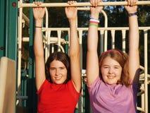 Schwestern am Spielplatz Stockfotografie