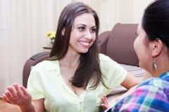 Schwestern stehen zu Hause in Verbindung Lizenzfreies Stockfoto