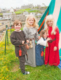 Schwestern und Bruder im mittelalterlichen Kleid bei Portsoy Lizenzfreie Stockbilder