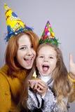 Schwestern vier und achtzehn Jahre alt am Geburtstag. Stockfotos