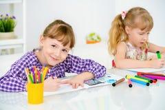 Schwestern zeichnen zusammen Stockfotos