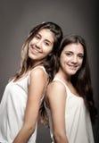 Schwestern zurück zu Rückseite Stockfoto