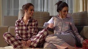 Schwesterzwillinge, die Weihnachts- oder des neuen Jahresgeschenke mit einander auf gemütlichem Wohnzimmer austauschen Verhältnis stock video footage