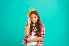 Schwierig, Prinzessin zu sein Nette Baby-Kleidungs-Krone des Mädchens während blauer Hintergrund des Stands Kindheitskonzept Jede lizenzfreie stockfotografie