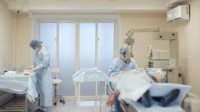 Schwierige chirurgische Operation im Krankenhaus stock footage