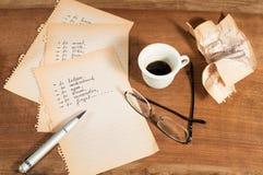 Schwierige Entscheidung mit einem Tasse Kaffee Lizenzfreie Stockfotos