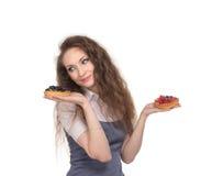 Schwierige Wahl zwischen zwei Kuchen Stockfotos