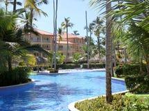 Schwimmbäder in einer tropischen Rücksortierung Lizenzfreies Stockbild