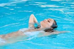 Schwimmbad entspannen sich Stockbild