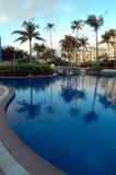 Schwimmbad und Hotel Stockbild