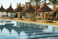 Schwimmbad und Sonnenschirme Lizenzfreies Stockbild