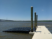 Schwimmdock im Hackensack-Fluss, NJ, USA Stockbild