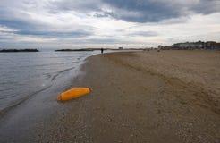 Schwimmen auf den Strand gesetzt Lizenzfreie Stockbilder