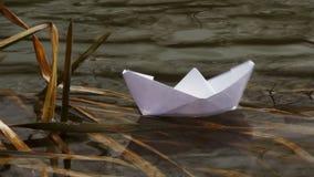 Schwimmen auf einen Papierbootsfluß stock video footage