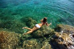Schwimmen der jungen Frau lizenzfreies stockfoto
