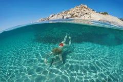 Schwimmen der jungen Frau auf halb unter Wasser lizenzfreies stockbild