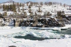 Schwimmen des Eises auf dem Türkisfluß im Frühjahr Lizenzfreie Stockbilder