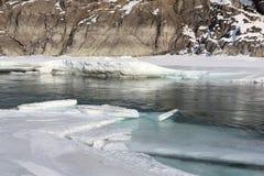 Schwimmen des Eises auf dem Türkisfluß im Frühjahr Stockfotografie