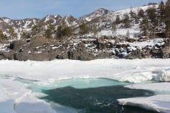 Schwimmen des Eises auf dem Türkisfluß im Frühjahr Stockfotos