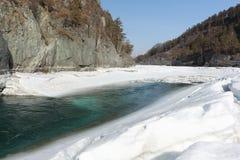 Schwimmen des Eises auf dem Türkisfluß im Frühjahr Stockbild