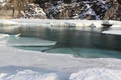 Schwimmen des Eises auf dem Türkisfluß im Frühjahr Lizenzfreies Stockfoto