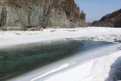 Schwimmen des Eises auf dem Türkisfluß im Frühjahr Lizenzfreie Stockfotos