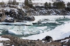 Schwimmen des Eises auf dem Türkisfluß im Frühjahr Stockbilder