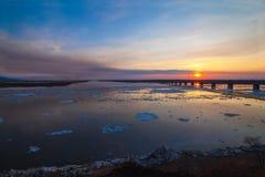 Schwimmen des Eises auf Fluss Amur in Chabarowsk, Russland Stockfoto