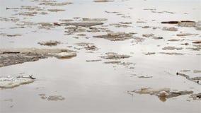 Schwimmen des Eises durcheinander Schmutzige braune Wassernahaufnahme stock footage