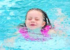 Schwimmen des jungen Kindes im Pool lizenzfreie stockbilder