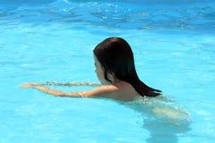 Schwimmen des jungen Mädchens stockfoto